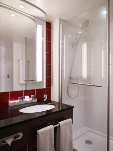 A bathroom at Novotel Paris Roissy CDG Convention