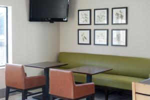 The lounge or bar area at Country Inn & Suites by Radisson, Dahlgren, VA