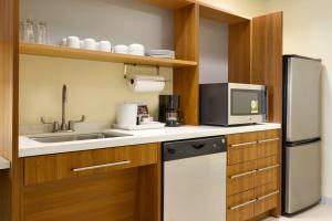 A kitchen or kitchenette at Home2 Suites By Hilton York