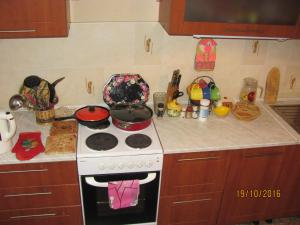 Кухня или мини-кухня в Apartment on Olimpiyskaya 42