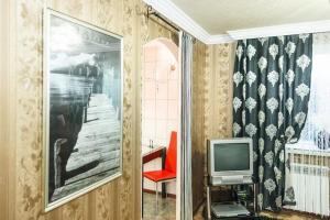 Телевизор и/или развлекательный центр в Apartment on Nezalezhnoy Ukrаiny near Intourist Hotel