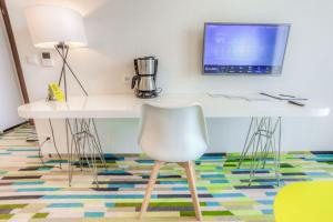 A television and/or entertainment centre at Baltic Park Molo Apartments by Zdrojowa