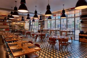 A restaurant or other place to eat at Arlo SoHo