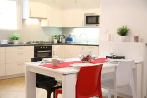 Cucina o angolo cottura di Large Wenceslas Square Apartment for 10 guests