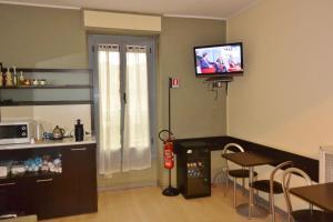 Kohvi ja tee valmistamise võimalus majutusasutuses Hotel Arno