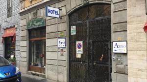 ด้านหน้าอาคารหรือทางเข้าของ Hotel Arno