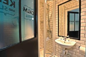 A bathroom at Arty Paris Porte de Versailles by River