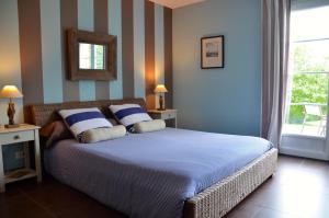 A bed or beds in a room at La Villa Belle