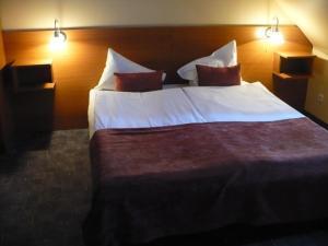 Un pat sau paturi într-o cameră la Hotel Luna Budapest