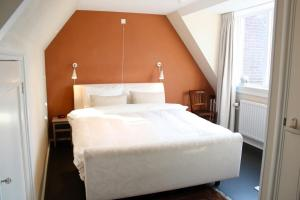 A bed or beds in a room at Abeelboom B and B