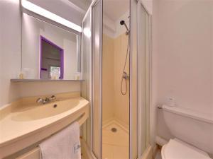 A bathroom at The Originals Access, Hôtel Béziers Est (P'tit Dej-Hotel)