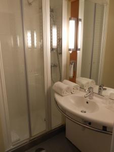 A bathroom at ibis Porto Centro São Bento