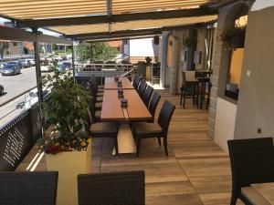 Ein Restaurant oder anderes Speiselokal in der Unterkunft Hotel Restaurant Jura