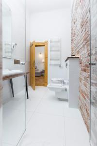 A bathroom at Antique Apartments Plac Szczepański