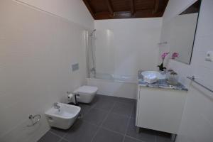 A bathroom at Casas de Porto Bom