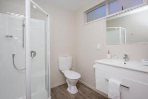 A bathroom at Greyfriars Motel