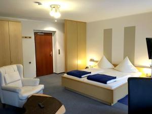 Кровать или кровати в номере Haumann´s Hotel am Park
