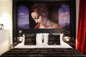 A bed or beds in a room at Hôtel le Clos de Notre Dame