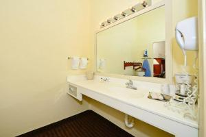 Coffee and tea-making facilities at Manchester Heritage Inn & Suites