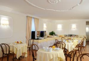 A restaurant or other place to eat at Hotel Torino