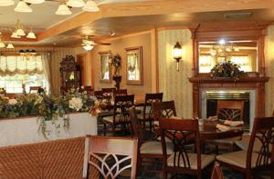 A restaurant or other place to eat at Fulton Steamboat Inn