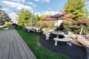 A garden outside Fulton Steamboat Inn