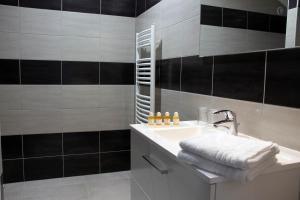 A bathroom at Relais du mazagran Hôtel et Table d'hôte
