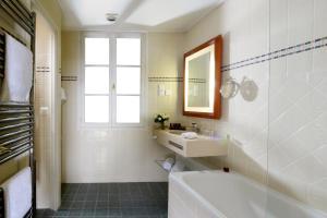 Um banheiro em Le Relais Montmartre