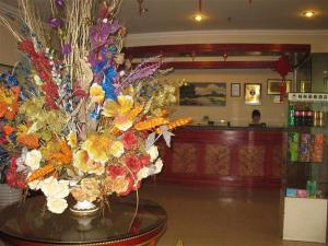 The lobby or reception area at GreenTree Inn Sichuan Chendu Kuan Alley And Zhai Alley Renmin Park Business Hotel