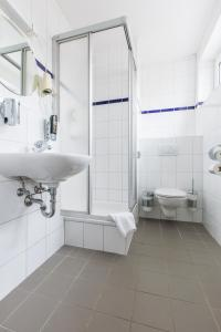 A bathroom at a&o Düsseldorf Hauptbahnhof