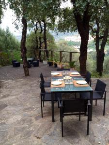 A restaurant or other place to eat at Appartement de charme terrasse solarium au calme