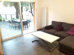 The lounge or bar area at Appartement de charme terrasse solarium au calme
