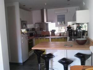A kitchen or kitchenette at Appartement de charme terrasse solarium au calme