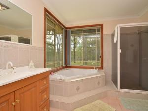 A bathroom at Merewether Homestead with Pool and Family friendly
