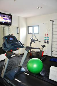 The fitness centre and/or fitness facilities at SLZ Lagoa Hotel