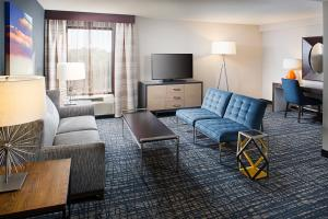 The lounge or bar area at Crowne Plaza Annapolis, an IHG Hotel