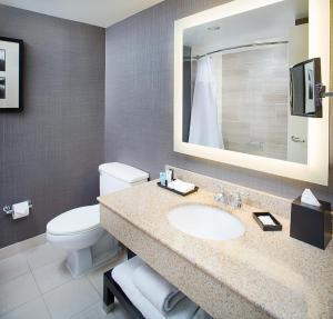 A bathroom at Crowne Plaza Annapolis, an IHG Hotel