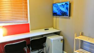 A television and/or entertainment center at Astray Motel & Backpackers Rotorua