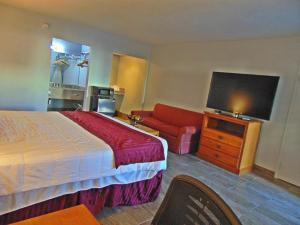 A bed or beds in a room at Ramada by Wyndham Kingman