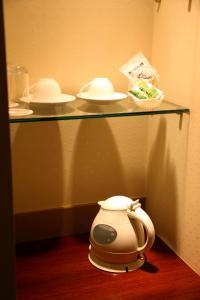 Fasilitas pembuat kopi dan teh di Breezbay Hotel Resort and Spa