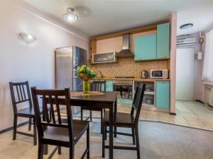 A kitchen or kitchenette at Business apartment on Griboedova 12