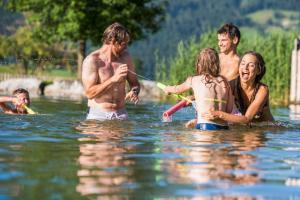 Der Swimmingpool an oder in der Nähe von Hotel Garni Ransburgerhof