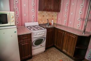 Кухня или мини-кухня в Apartments on Gromoboya 54