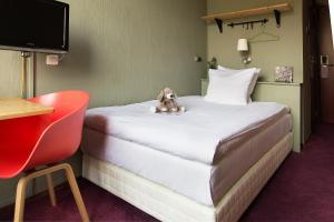 Een bed of bedden in een kamer bij Hotel The Neighbour's Magnolia
