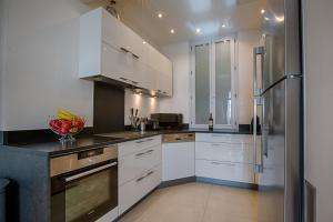 A kitchen or kitchenette at Appartement Vaste Horizon - LRA Cannes