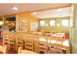 A restaurant or other place to eat at YHA National Forest