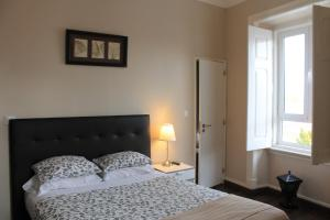 A bed or beds in a room at Suites & Apartments DP VFXira