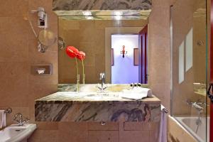 A bathroom at Pousada Convento de Beja