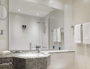 A bathroom at Four Points by Sheraton München Central