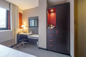 A bed or beds in a room at Four Points by Sheraton Manhattan Midtown West
